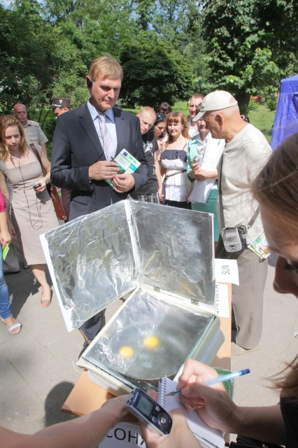 A solar stove made out of an aquarium and aluminium foil