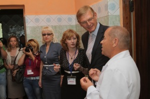 Walter Tretton, the head of the EU Delegation's infrastructure and transport section, talks to Anatoliy Kryvopanchuk, ambulatory's chief doctor