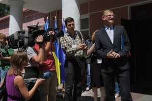 Walter Tretton, head of EU Delegation's infrastructure and transport section, with Ukrainian journalists