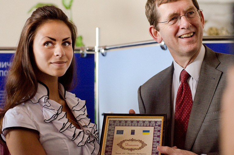 Andrew Rasbash, Head of Operations at the EU Delegation to Ukraine, and Yulia Stetsenko, the winner of the student essay competition