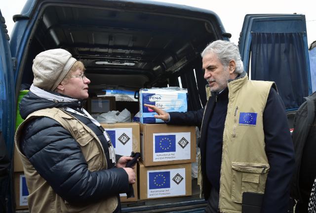 комісар ЄС-роздача допомоги
